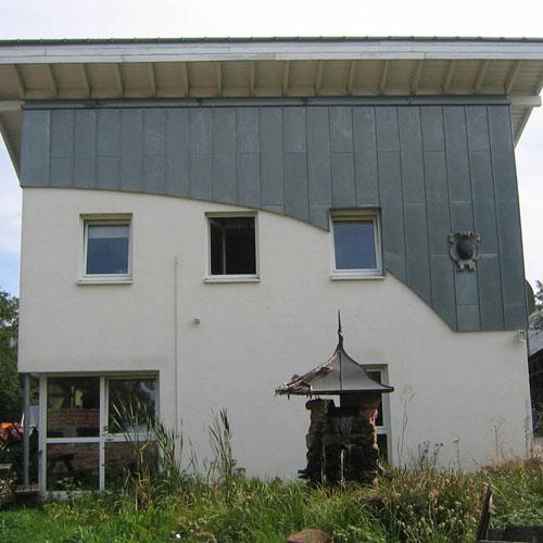 Dachdeckerei C. Voegeli Bürogebäude mit Wandbekleidung in Zinkblech vorbewittert