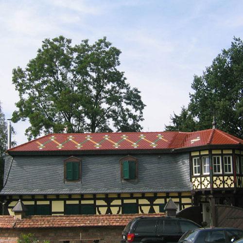 Wohnhaus mit Biberschwanzeindeckung glasiert und eingebundener Biberschwanzkehle erstellt von Dachdeckerei C. Voegeli GmbH