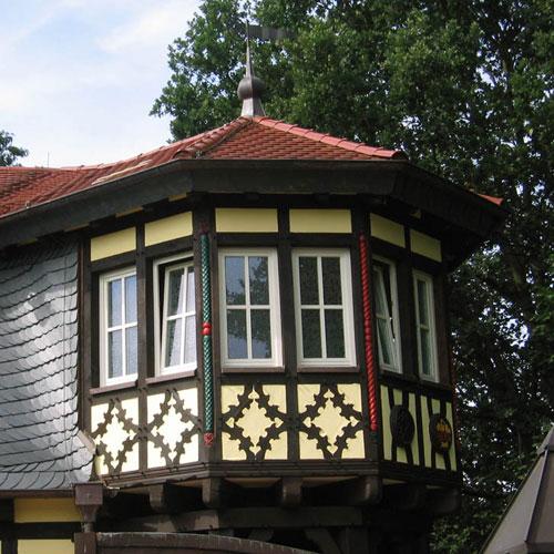 Erkerturm mit eingebundener Schieferkehle erstellt von Dachdeckerei C. Voegeli