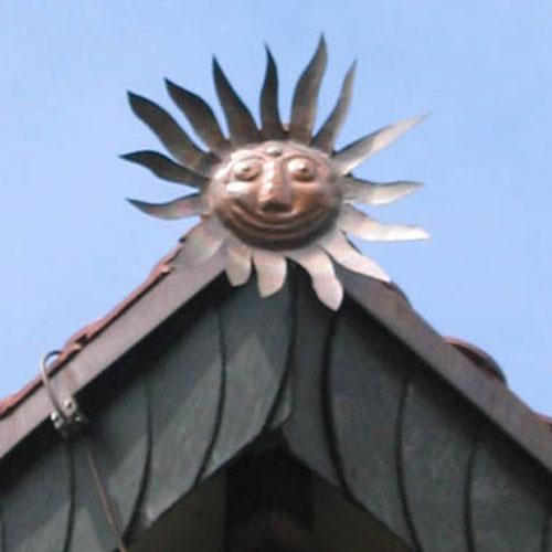 Handgefertigte Sonne als Dachrandschmuck erstellt von Dachdeckerei C. Voegeli Udo Heyl