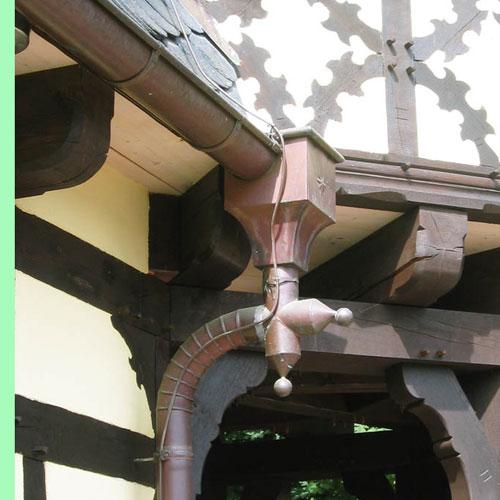 Wasserkasten mit Gliederbogen in Kupfer erstellt von Dachdeckerei C. Voegeli Udo Heyl