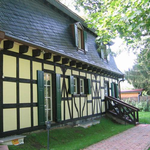 Seitenansicht Wohnhaus mit Biberschwanzeindeckung erstellt von Dachdeckerei C. Voegeli