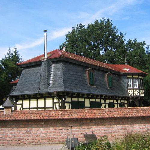 Wohnhaus Mansardeneindeckung aus Naturschiefer erstellt von Dachdeckerei C. Voegeli Udo Heyl