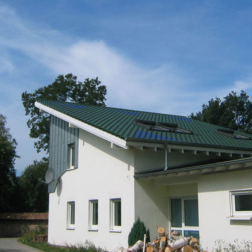Bürogebäude mit grün glasierten Tonziegel der Dachdeckerei C. Voegeli