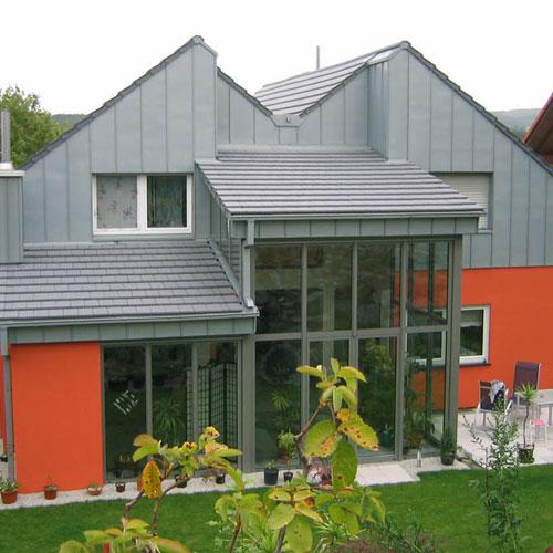 Rückansicht Dacheindeckung mit flachen Tonziegel, Traufkastenbekleidung mit Zinkblech erstellt von Dachdeckerei C. Voegeli