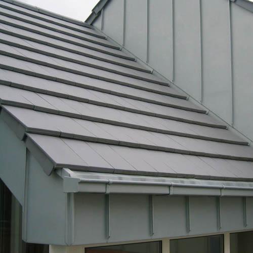 Dacheindeckung mit flachen Tonziegel, Traufkastenbekleidung mit Zinkblech erstellt von Dachdeckerei C. Voegeli Udo Heyl