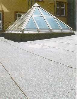 Flachdachabdichtung als Warmdach mit aufgesetzter pyramidenförmiger Lichtkuppel erstellt von Dachdeckerei C. Voegeli
